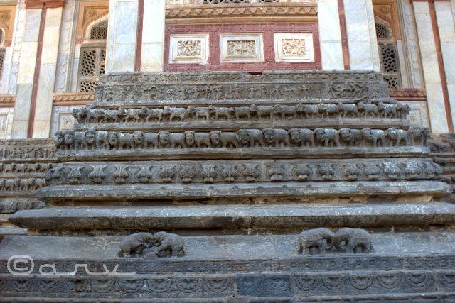 pedestal at jagat shiromani temple