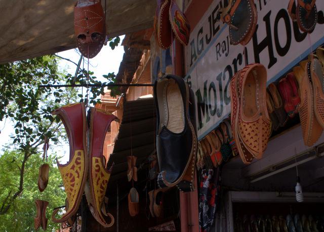handmade-jaipuri-juttis-mochadis-sirehdyodi-bazaar-hawa-mahal-jaipur