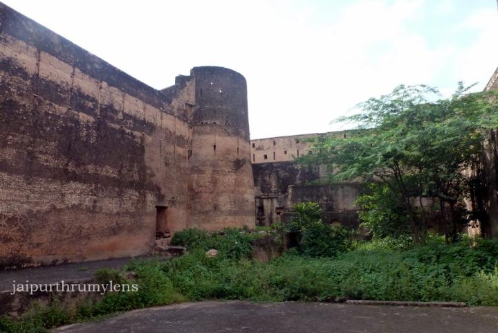 inside-achrol-fort-ruins-jaipur