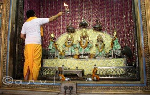aarti-in-temple-ramchandraji-temple-jaipur