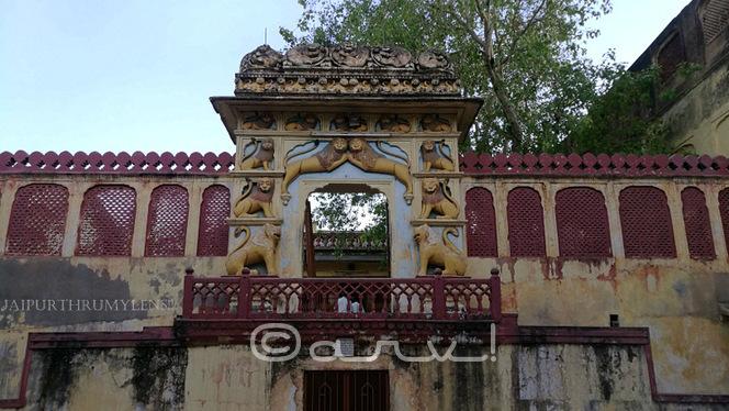 beautiful-entrance-gate-jaipur-pratapeshwar-temple-mandir-lion-motif-sawai-pratap-singh-jaipurthrumylens