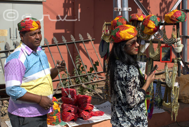 seller-outside-jaipur-literature-festival-2016-ZEEJLF-diggi-house-turban-pagdi