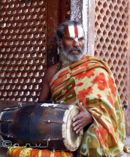 sadhu-baba-yogi-singer-in-jaipur-temple-weekly-photo-challenge-dance-jaipurthrumylens