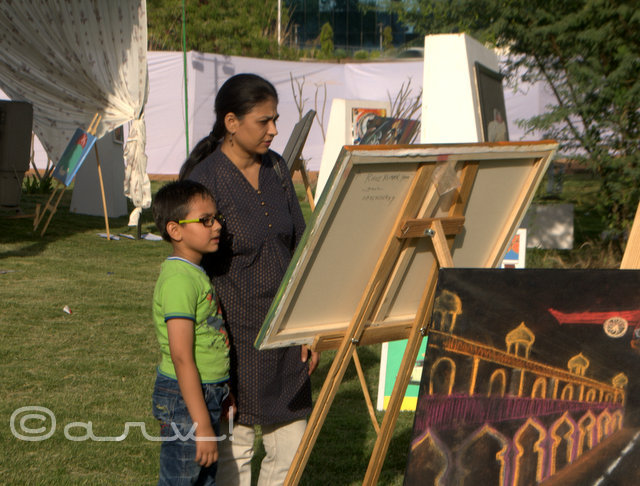visitors-at-painting-exhibition-by-cartist-jaipur