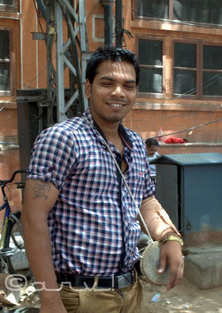 dholak-seller-to-touristin-jaipur-hawa-mahal