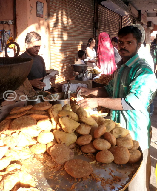 street-food-jaipur-dal-pyaaz-kachori-mirchi-bada-walled-city-food-tour-blog-on-jaipur