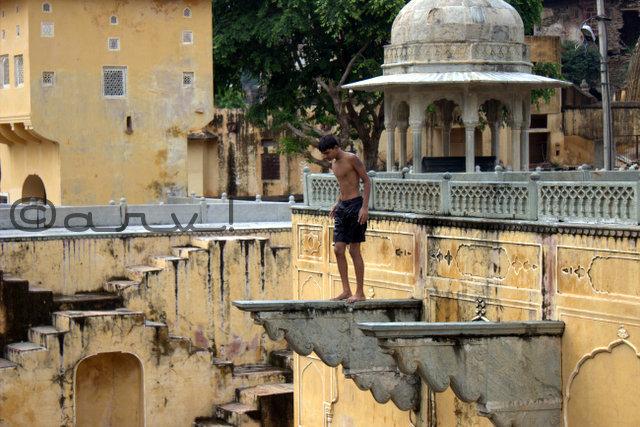 boy-jumping-in-water-panna-meena-kund-baori-amer-jaipurthrulens