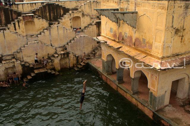 boys-jumping-water-baori-jaipur-panna-meena-kund-amber-amer-jaipurthrumylens-saavan