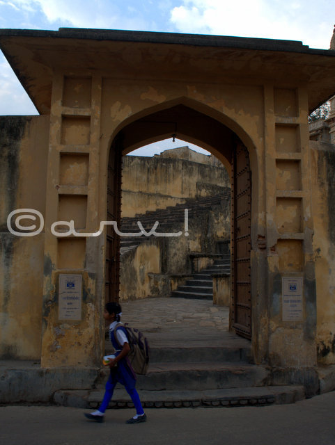 girl-on-way-to-school-amer-town-jaipur-jagat-shiromani-temple-jaipurtheumylens