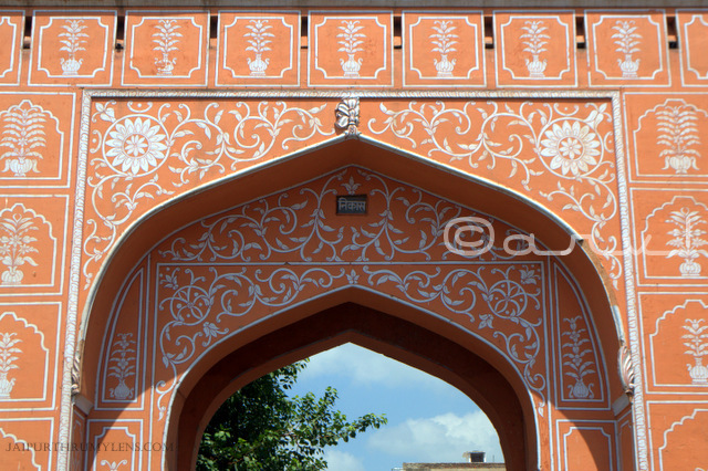 history-of-jaipur-city-gates-sanganeri-gate-floral-motifs-jaipurthrumylens