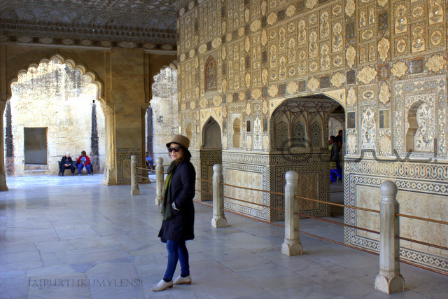 tourist-at-sheesh-mahal-amer-fort-jaipur