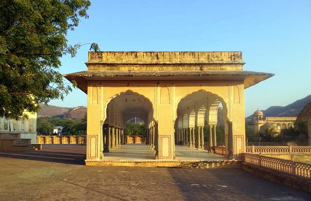 baradari-rajput-mughal-architecture-kanak-vrindavan-jaipur