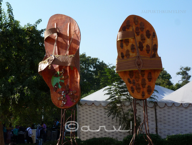 biggest-kolhapuri-chappals-in-world-kanika-bawa-jaipur-art-summit-jaipurthrumylens