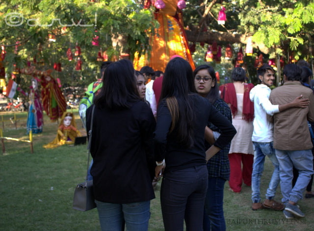 female-visitors-jaipur-art-summit