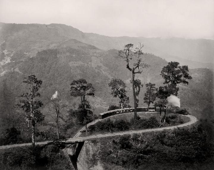 darjeeling-train-vintage-picture-by-samuel-bourne