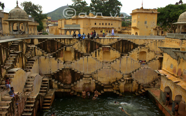 panna-meena-ka-kund-timing-monsoon-boys-jumping-in-stepwell-baori-jaipur-jaipurthrumylens