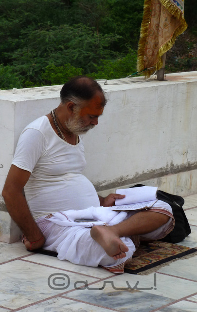 priest-praying-reciting-chants-shlokas-khol-ke-hanumanji-temple-jaipur-weekly-photo-challenge-wordpress