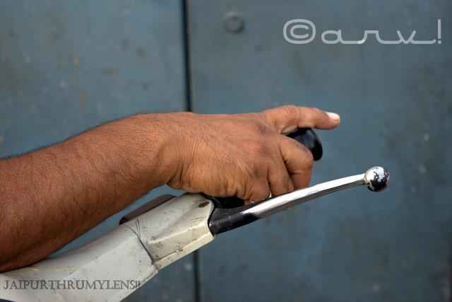 hand-on-two-wheeler-handle-jaipur-market-photo-walk-photography-jaipurthrumylens