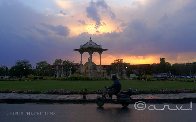 scooter-in-dust-storm-rain-dramatic-sky-in-jaipur-statute-circle-c-scheme-jaipurthrumylens