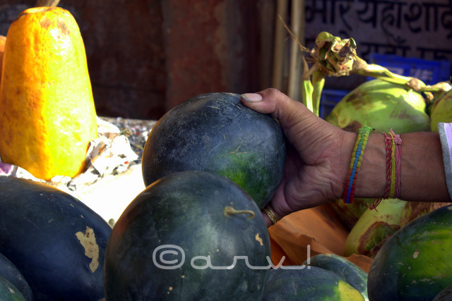 water-melon-hands-fruit-seller-choti-chaupar-photo-walk-photography-jaipurthrumylens