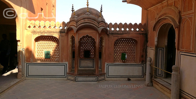 chhatri-lattice-jali-at-hawa-mahal-jaipur-tourist-attraction