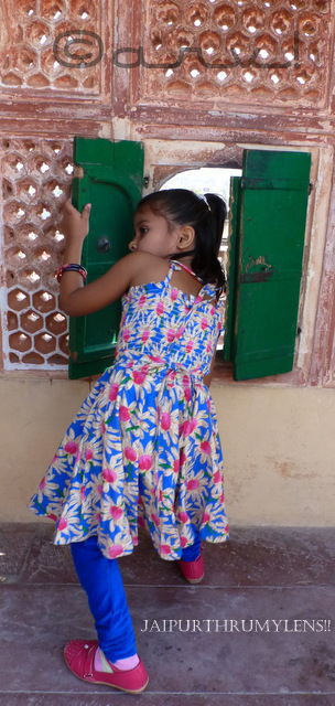girl-peeping-through-hawa-mahal-window-jaipur