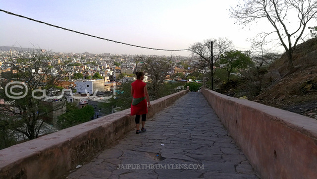 how-to-reach-nahargarh-fort-jaipur-foreign-tourist-walking