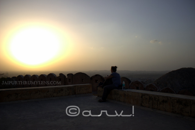 tourist-at-sunset-point-jaipur-nahargarh-fort