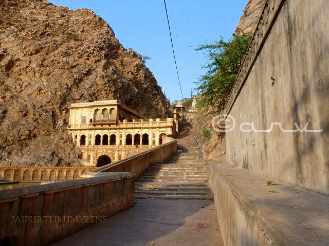 holy-galta-kund-jaipur-galtaji-makar-sakranti-monkey-temple