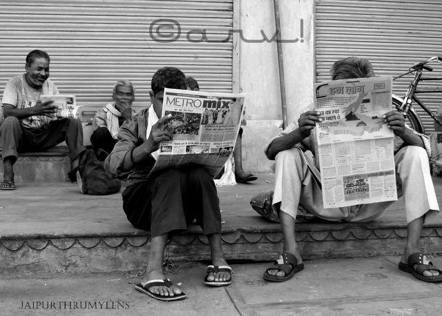 street-photography-jaipur-india-people-reading-newspaper-blog