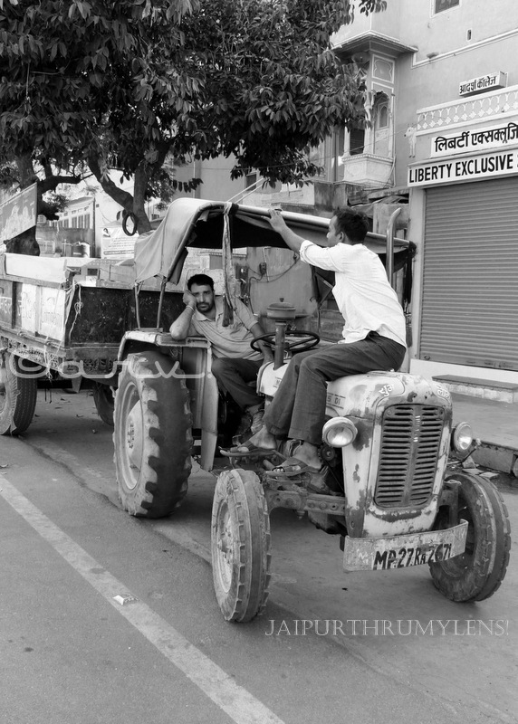 jaipur-street-photography-men-on-tractor-monochrome