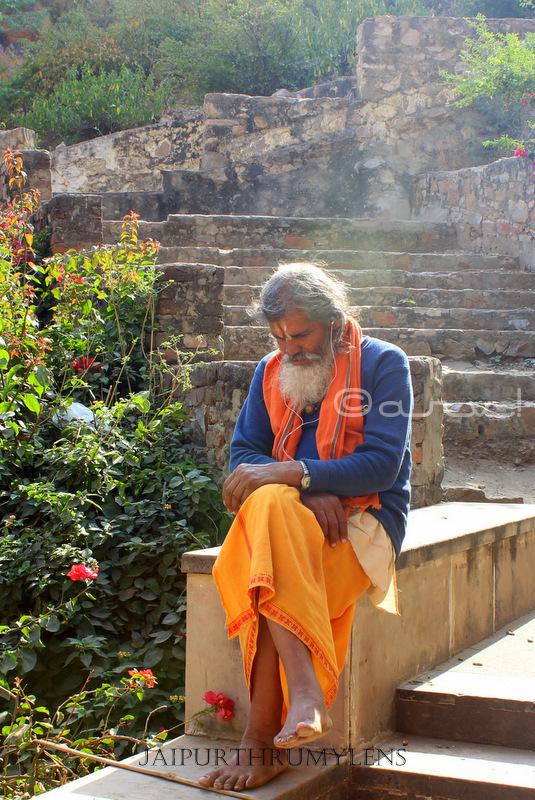 modern-hindu-sleeping-sadhu-galtaji-jaipur-rajasthan
