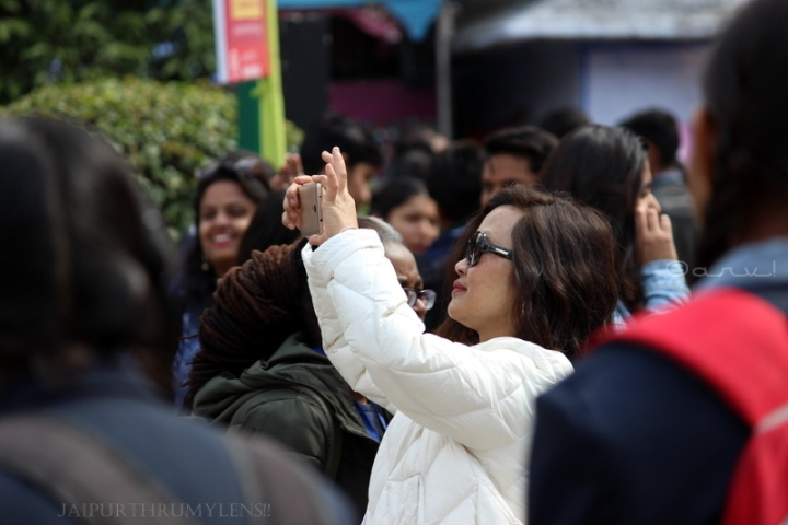 girl-clicking-picture-jaipur-literature-festival-crowd
