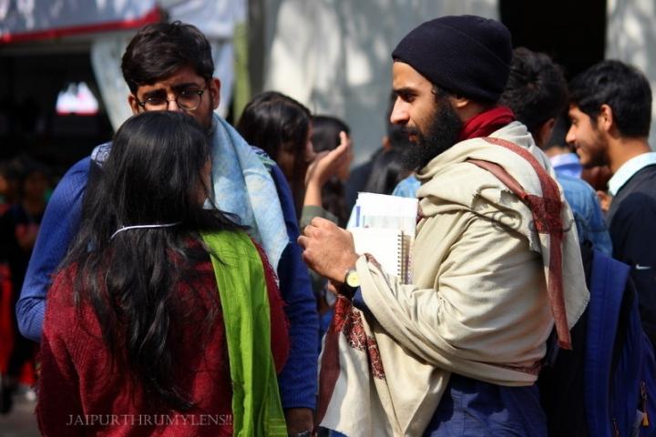 man-style-statement-shawl-jaipur-literature-festival-event-crowd