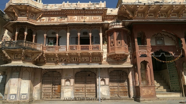 rajasthan-haveli-style-pushkar-temple-photo-hanuman-gali