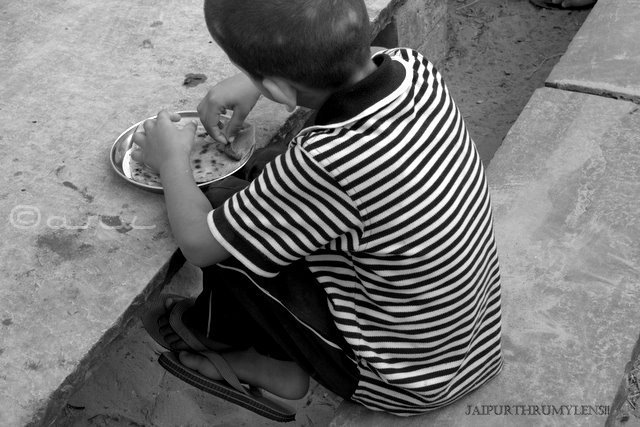 indian-kid-eating-food-street-photography-jaipur