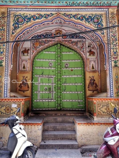 painted-door-jaipur-haveli-architecture-walled-city