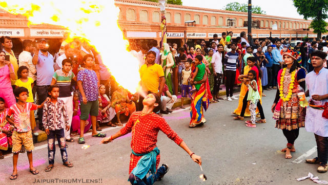 jaipur-teej-festival-mela-man-throwing-flame