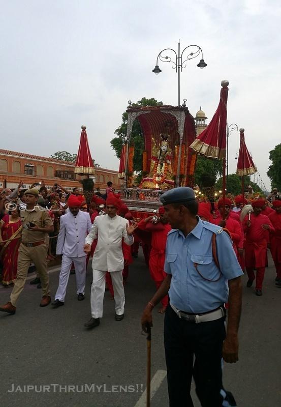 teej-mata-ki-sawari-jaipur-festival-tripolia-bazaar
