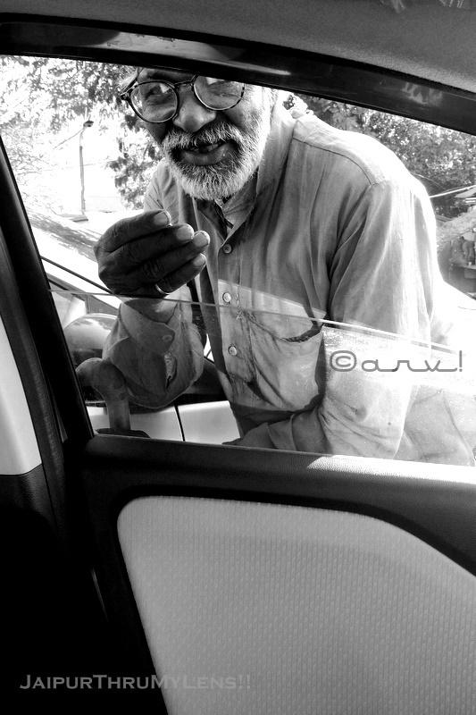 beggars-india-scams-traffic-signal-jaipur