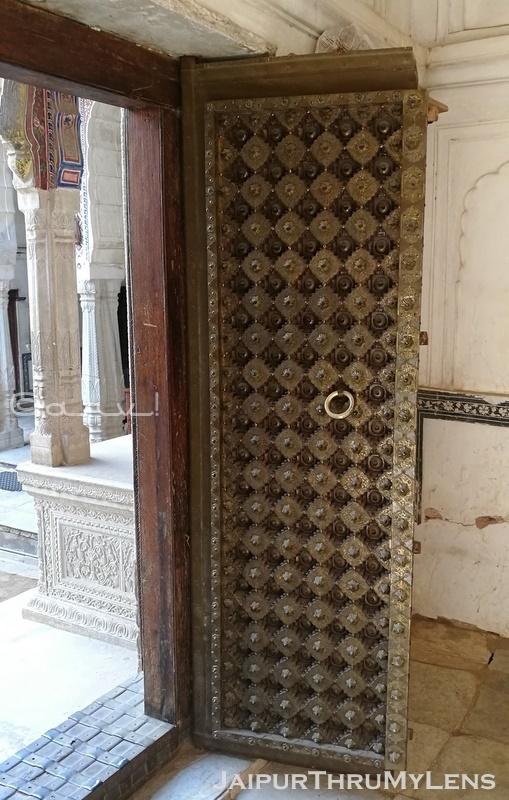 beautiful-wooden-door-shekhawati-india