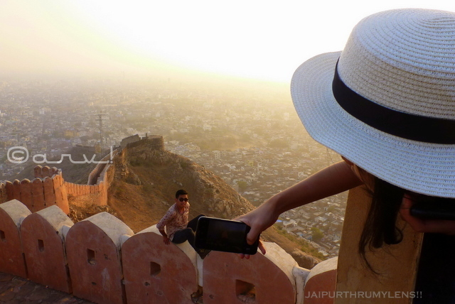 nahargarh-fort-jaipur-sunset-point-hiking-climbing-tourist