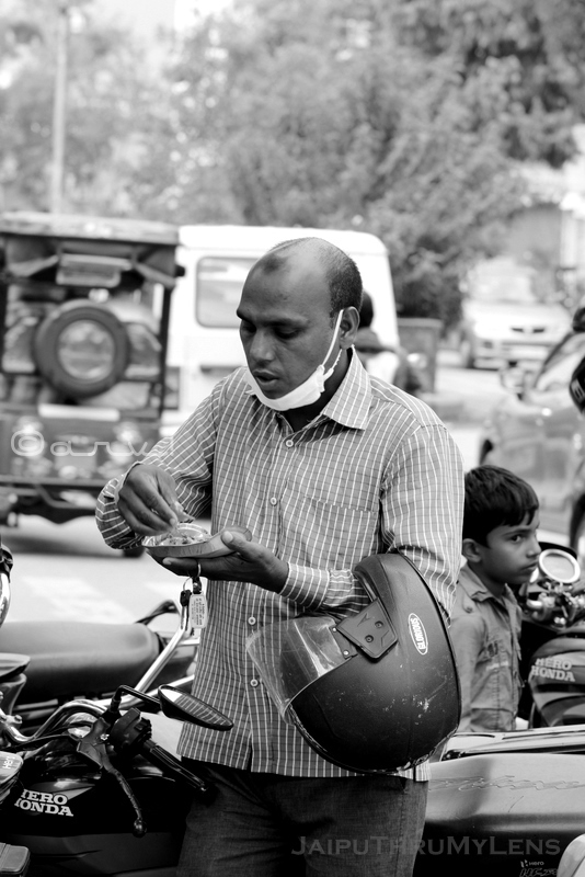indian-man-eating-famous-street-food-kachori-jaipur-candid-photography