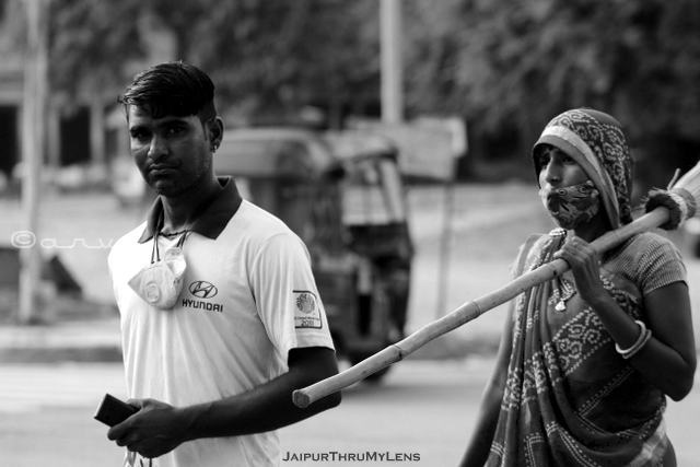 man-and-woman-street-sweeper-jaipur-india-street-photography-monochrome