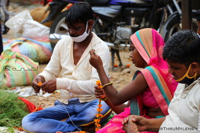 jaipur-phool-mandi-vendors-making-garlands