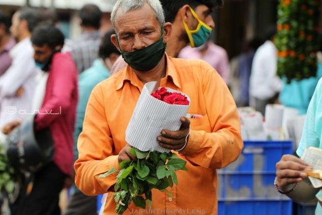 man-selling-rose-jaipur-flower-market-india