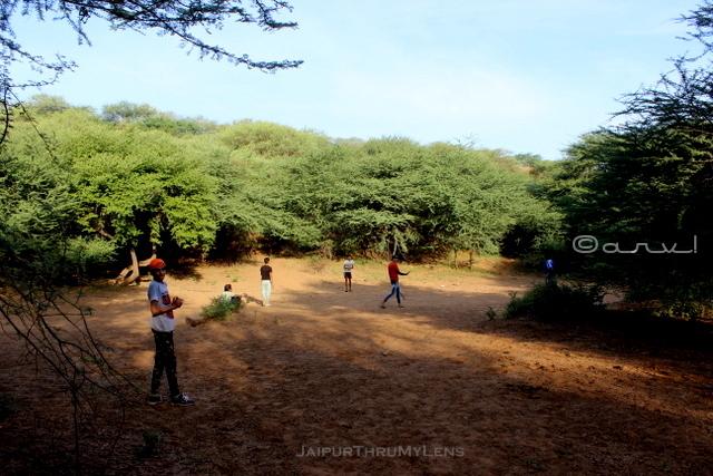 kids-playing-babool-tree-jaipur-hills-trekking
