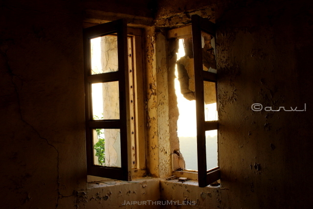 windows-abandoned-government-building-jaipur-india