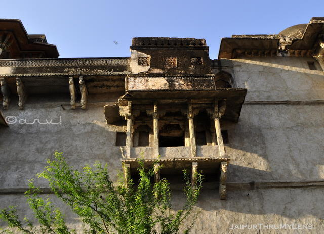 old-window-architecture-in-jaipur-heritage-walk-amer